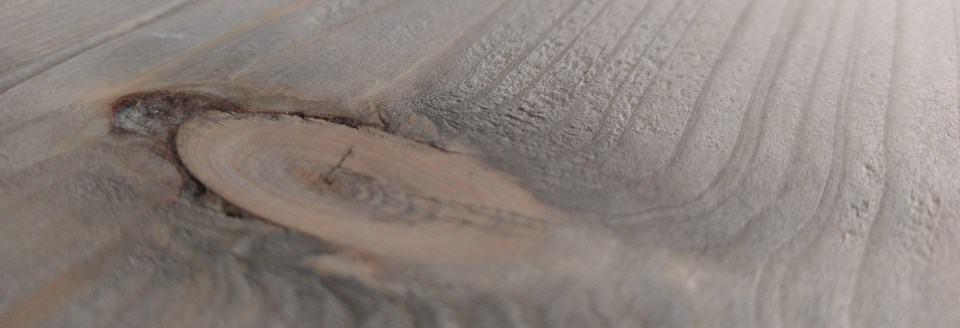 Vergrijst steigerhout met een beits