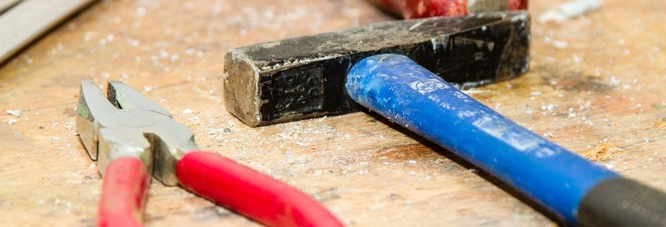 Bij basisgereedschap hoort een hamer